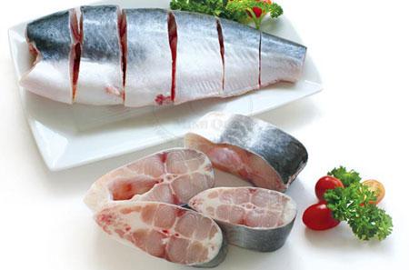 Hãy nhớ làm sạch bên trong bụng cá để cá bớt tanh