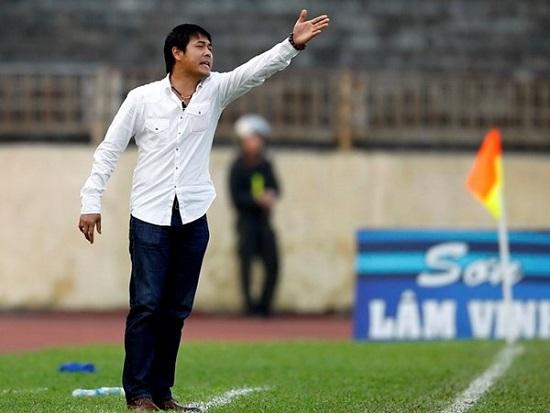 Huấn luyện viên Hữu Thắng chỉ đạo các học trò.